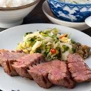 通常の牛たんも厚切りですが、さらに厚くてジューシーで柔らかです。 牛たん極焼(3枚6切)・麦飯・テールスープ・小鉢と季節の和菓子付き