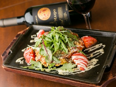 オリジナルレシピ『HONAトマトお好み焼き』。ワインが合います!