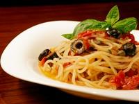 パスタは自家製の生麺を使用 トマトのソースにアンチョビやオリーブ、ケッパーなど素材の香りを移したシンプルなソース。モチモチとしたパスタに旨味みがつまったプッタネスカソースは最高の組み合わせ。