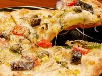 当店のピッツアは本場ナポリでも人気の『モンタラーナ』という揚げピッツアスタイル。外側はサクッ!中はモチッ!と2つの食感が楽しめます。四季に合わせて彩り豊かな野菜をそろえ、チーズと共にバランスが絶妙