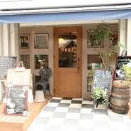 烏丸御池駅から徒歩2分 青い屋根とグリーンに囲まれた木製のドアがお待ちしています。