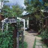 絵本に出てきそう? 緑に囲まれた一軒家のカフェ