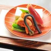旬の素材をふんだんに用い、季節を感じる料理を