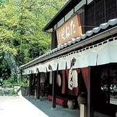 日牟禮八幡宮の境内、町家造りのお店が日牟禮の舎です