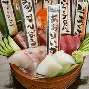 舞鶴や紀州など全国屈指の鮮魚の産地から厳選した食材を取り寄せます。鮮度抜群の『刺身盛り合わせ』はお客様にも大好評。季節によってどんなネタに出会えるかも楽しみにお越しください。自信を持ってお勧めします。