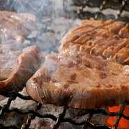 明るくモダンな店内で、心ゆくまでおいしい牛たん料理をお楽しみ下さい。また日本酒や焼酎も人気の銘品を格安で提供しています。