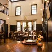 吹き抜けの高い天井。開放感が心地よい邸宅レストランです