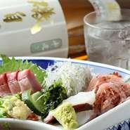 地元静岡産の野菜や地元の市場から直送の鮮魚を毎日仕入れて料理しています。新鮮なお刺身はその日に穫れた旬のお魚だからプリプリ食感。またおでんの具も手づくりしている販売元から仕入れています。
