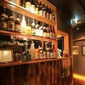 店内に入ると、銘酒がずらりと並んだ酒棚がお出迎え