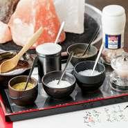 旨い肉には食べ方がある! 旨い肉には味がある、旨味を引き出す塩とわさび、 お口直しにガリを噛む 名物 焼きしゃぶは秘伝の卵黄だれで、召し上がれ。