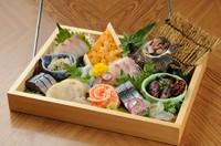大箱に入った贅沢な刺身盛り合わせになります!