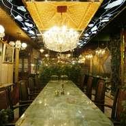 店の中央にあるオニックスの大きなテーブルは、ご家族の団欒・商談に、また友人との語らいにどうぞ。(10名様ご利用)