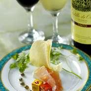 グラスワイン(赤又は白)&チーズと生ハム。 *ワインはスペインバレンシア産のオレリアワインでございます。