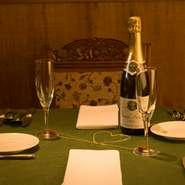 結婚記念日のお客様には、テーブルの上で、シャンパングラス同士をチェーンで結び、ハートのマークを作る演出を。ふたりの永遠の絆を、改めて確認してみてはいかがですか。