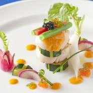 旨みを閉じ込めた旬の魚を、彩り鮮やかな野菜と一緒に味わう、見た目にも華やかで美しい逸品です