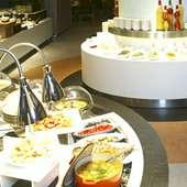 60種類以上のお料理が並ぶ、総合ブッフェレストラン