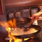 燃えそうなほどの強火で一気に炒める。これが美味しさの秘訣♪