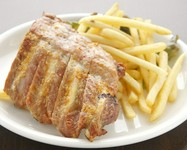 豚のあばらの肉です。豪快に手づかみでお召し上がり下さい