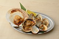 帆立貝・大あさり・ハマグリの3種の貝を 自家製醤油で炭火焼きにしました。