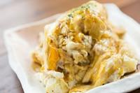 ほくほくに蒸したじゃがいもをたっぷりのマヨで和えたポテトサラダに半熟に焼いたふわとろ玉子をのせた贅沢ポテトサラダ