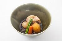 じっくり煮込んだ岩手産ブランド豚の柔らかい口当たりと、野菜の旨味が際立つ一品。あっさりした優しい味わいをお愉しみ下さい。