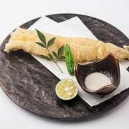 衣の中にふっくらした穴子の美味しさが味わえる一品。長崎産・藻塩を付けてお召し上がり下さい。