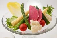 新鮮野菜を特製の醤油麹を利かせた冷製ソースで。