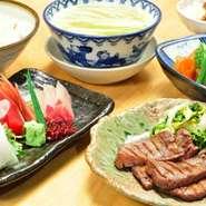 牛たん焼ハーフ・お造り3点盛・季節野菜の煮物・麦飯・テールスープ・日替り小鉢・お新香 ※お刺身は仕入れ状況により変更致します。