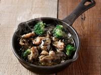 炭火でこんがり炙られた鶏ハラミと香り豊かなオリーブオイルの相性抜群!一羽から少量しか取れない希少な鶏ハラミは、オイルで煮込むことによりぷりぷりとした食感に。