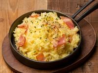 ハイジでお馴染み!とろ~り濃厚「ラクレットチーズ」をたっぷり使用した絶品チーズリゾット。スキレットのまま提供しているのでアツアツのままお召し上がり頂けます。