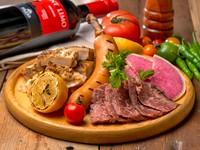 肉の旨みが溢れた上質な牛ハラミステーキやスパイシーなグリルチキン、極太ソーセージなど、肉!肉!肉!肉好きのためのGABURICO特製「肉盛りプレート」!