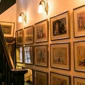 メインダイニングや廊下には名画が飾られ、美術館さながらの空間
