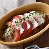 栄養たっぷりで彩り鮮やかなカプレーゼ。トマトの酸味とクリーミーなミルク感のあるモッツァレラチーズは相性抜群!