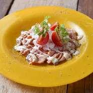 サッと炙ったとろけるサーモンを彩り鮮やかな旬の野菜と一緒に盛り付けた、女性に人気のカルパッチョ。
