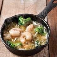 バルの代表的な小皿メニュー。オリーブオイルとニンニクの香りと海老の旨みがたっぷりと溶け込んだ逸品。