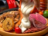 GABURICO名物「肉盛りプレート」にチ~ズをトッピングできちゃいます♪おすすめは日本チーズ・フォンデュ協会監修のとろ~りフォンデュソース&ゴーダチーズのWがけ!!