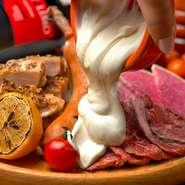【GABURICOの肉盛りプレート】肉の旨みが溢れた上質な牛ハラミステーキやスパイシーなグリルチキン、極太ソーセージなど、肉!肉!肉!肉好きのための肉盛りプレート!なんとチ~ズトッピングもできちゃいます♪おすすめは日本チーズ・フォンデュ協会監修のとろ~りフォンデュソース&ゴーダチーズのWがけ!!