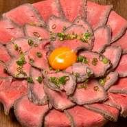 《花咲ローストビーフ》花弁のように重なり合うローストビーフが大きな花を咲かせます♪にんにくの風味がクセになる!特製ガーリックライスと一緒にお召し上がりください!(数量限定)