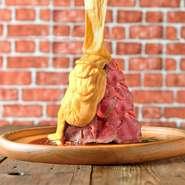 """そびえ立つ山盛りのローストビーフに、溶岩のように流れる大量のチーズ!まさに""""ローストビーフボルケーノ""""!ヘルシーなので女性にも大人気♪お肉とチーズの虜に。"""