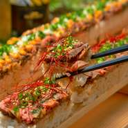 長さはなんと50cm!!韓国で話題の「ロングユッケ寿司」を自家製ローストビーフで肉バル風にアレンジしました♪女性も安心なハーフサイズもご用意しております♪ 【ハーフ/25cm】1,099円