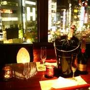 〈新宿駅東口徒歩1分〉アクセス抜群。落ち着いた雰囲気のデザイナーズバル空間。個室完備なので周りを気にせずゆったりお寛ぎ頂けます。夜景が一望できる「夜景個室」あり!!デートや合コンにぴったり。個室は2名様~最大30名様まで対応可!パーティー、女子会、誕生日、記念日など各種ご宴会に最適です。お気軽にお問合せ下さい!
