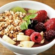 アサイーのスムージーをボウルに盛りつけ、グラノーラなどのシリアルやバナナやベリーなどフルーツをのせて味わいます。朝食やおやつにぴったり。