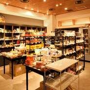 食にまつわる本や、こだわりのカトラリー、食器など、日本国内や世界中から集められた商品が並びます。