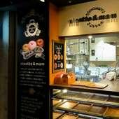 モダンなフードコートにあるオシャレなカフェ風の店頭