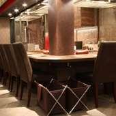 落ち着いた雰囲気で料理とワインを楽しめる、プレミアム空間