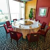 景色の良い窓辺の席。にぎやかな宴が開ける