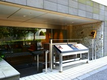 「品川」駅高輪口からすぐのビル1Fにあるスタイリッシュなお店