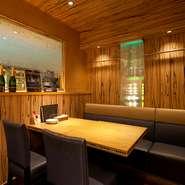 周りに気兼ねなく過ごせる半個室があり、接待などの会食にも利用できます。洗練された雰囲気と極上の牡蠣料理。牡蠣好きなお客様をおもてなしするのに、最適なシチュエーションです。