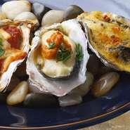 生牡蠣に様々なソースを合わせた一口でいただくオイスターカクテルです。 ポン酢ジュレとイクラ・フレンチドレッシングとハラペーニョ・ガスパチョとハーブ