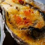 下記の焼き牡蠣全種を一個づつ盛り合せます。 ・オニオングラタンの焼き牡蠣 ・香草ガーリックバターの焼き牡蠣 ・トリュフタルタルソースの焼き牡蠣 ・ウニと牡蠣醤油の焼き牡蠣 ・アンチョビトマトの焼き牡蠣